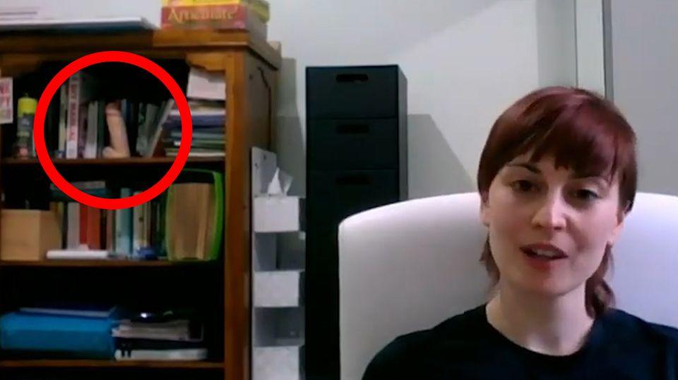 Frau nimmt an Live-Talk teil – mit einem Sexspielzeug im Hintergrund