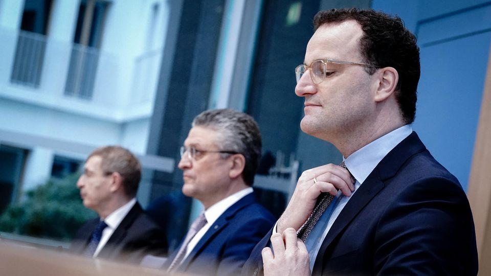 Jens Spahn (r, CDU), Bundesminister für Gesundheit, Lothar Wieler (M), Präsident Robert Koch-Institut (RKI)
