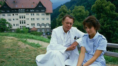 """""""Schwarzwaldklinik"""" (ZDF Mediathek) """"Da da da, da da dadada!"""" Diese Töne wecken die Erinnerung: an Professor Brinkmann, Arzt und Seelentröster. Bringt keine Heilung, für manche aber Linderung"""
