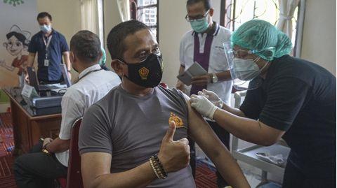 Beispiel Indonesien: Das würde passieren, wenn wir die Jüngeren zuerst impfen – und nicht die Senioren