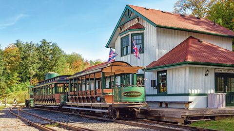 """Huntsville – Kanada  In Huntsville im kanadischen Bundesstaat Ontario steht im Oktober 2019 abfahrbereit der """"Portage Flyer"""" in der Rotary Village Station. Die kleine Bahn ist ein Teil des """"Muskoka Heritage Place"""" und erinnert an eine Kleinbahn, die zwischen 1904 und 1959 zwischen Nord- und Süd-Portage verkehrte. Die heutige Touristenbahn besitzt mehrere Aussichtswagen sowie je eine Dampf- und Diesellokomotive, ein Museum ist angegliedert."""