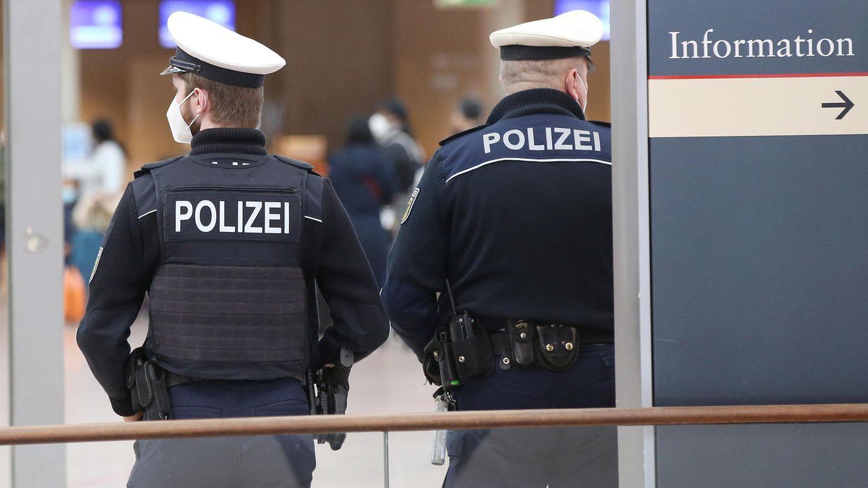 Polizisten am Hamburger Flughafen