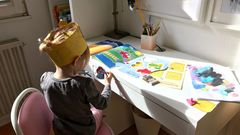Auch die Jüngste möchte Homeschooling machen und wird mit einem Schneidebuch, Wasserfarben oder Stickerkleben beschäftigt