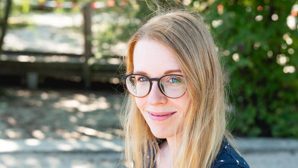 Sarah hat zwölf Jahre lang als SEO-Expertin gearbeitet, also Texte fürs Internet optimiert. Seit zehn Jahren schreibt sie ihren Blog, den sie seit Kurzem hauptberuflich betreibt.