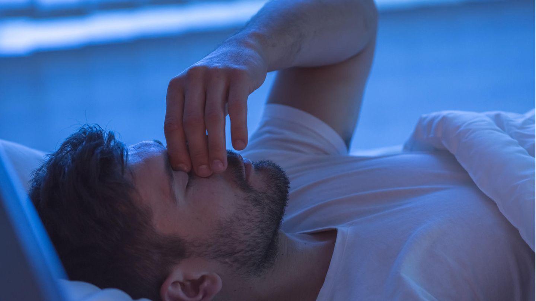 Die Diagnose: Ein Mann kann nachts nicht schlafen, ein Geräusch quält ihn. Der Arzt findet die Ursache in seinem Bett