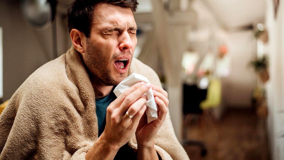 Die Diagnose: Der Mann hat Fieber, Husten und bekommt kaum Luft. Die Ursache steckt in seinen Gelenken