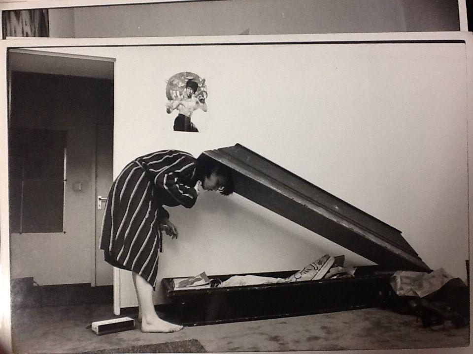 """Eine Reportage im stern machte sie 1978 berühmt.Die beiden Reporter Kai Hermann und Horst Rieck hatten mit der damals 15-jährigen Christiane F. gesprochen und ein Buch über die Drogenszene in Berlin geschrieben. """"Wir Kinder vom Bahnhof Zoo"""" erschien zunächst als zwölfteilige Serie im stern und anschließend, im Herbst des Jahres,als Buch. 1981 folgte ein Kinofilm, der die junge Frau weltweit bekannt machte.  Mitte der 80er Jahre besuchte der stern ChristianeFelscherinow und berichtete darüber, wie es der mittlerweile 22-Jährigen geht.Christiane wohnte damals in einer Drei-Zimmer-Altbau-Wohnung in Berlin. In ihrem Wohnzimmer stand zu der Zeit ein schwarzer Sarg, den sie als Kleiderschrank nutzte."""