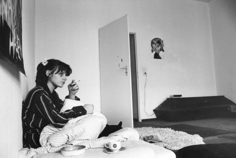 Sie schlief damals auf einer auf dem Boden liegenden Matratze. Ansonsten war die Wohnung eher karg eingerichtet.
