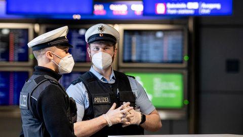 Beamte der Bundespolizei kontrollieren am Flughafen Frankfurt eintreffende Passagiere