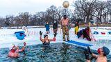 """Minneapolis, Vereinigte Staaten. """"Submergents"""" nennt sich diese Truppe. Jede Morgen treffen sich die Mitglieder, um am Lake Harriet in das nur drei Grad Celsius kalte Wasser einzutauchen. Den """"Pool"""" haben sie eigens dafür in das Eis gehauen. Einige halten es nur drei Minuten aus – anderer sogar bis zu 17."""