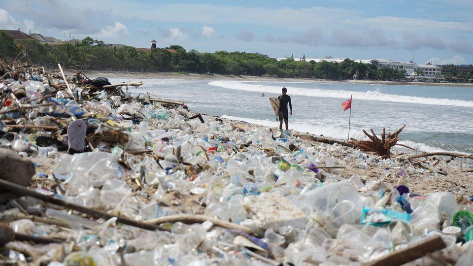 Angespülter Müll liegt am Kuta Beach auf Bali