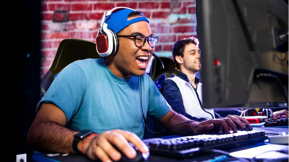 Eine mechanische Gaming Tastatur wird von einem Spieler bedient.