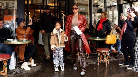 Kim Kardashian mit ihrer Tochter North, umringt von Fans