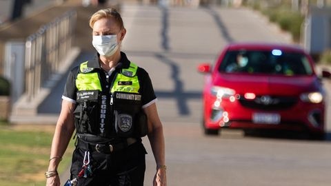 Polizeibeamte patrouillieren am Strand von Scarborough in Perth, kurz nachdem ein Lockdown in Kraft getreten ist