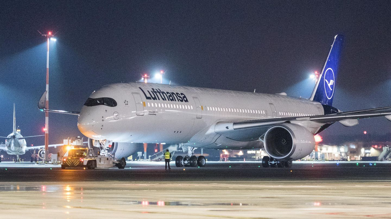 Der Airbus A350-900 der Lufthansa lässt am Sonntagabend auf dem Hamburger Flughafen die Triebwerke an