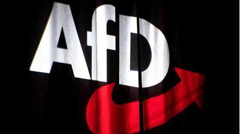 AfD-Logo auf einen schwarzen Vorhang projiziert