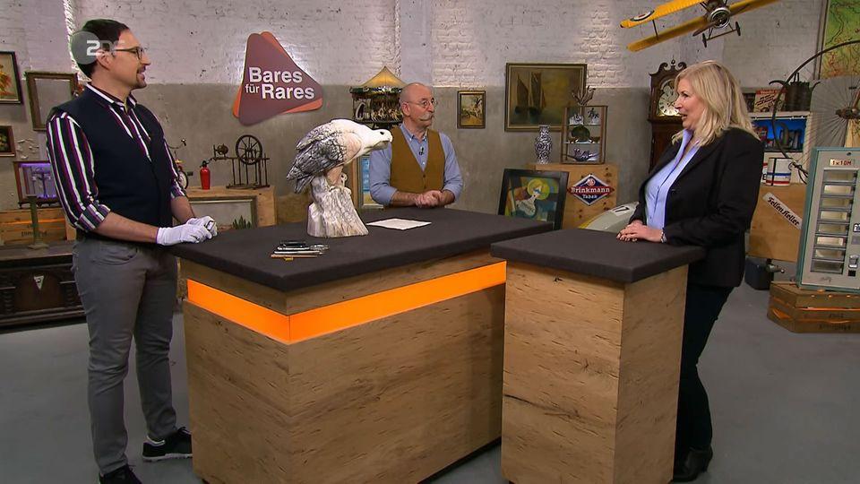 """""""Bares für Rares""""-Experte Colmar Schulte-Goltz und Moderator Horst Lichter bestaunen den Marmoradler von Heike Knippenberg."""