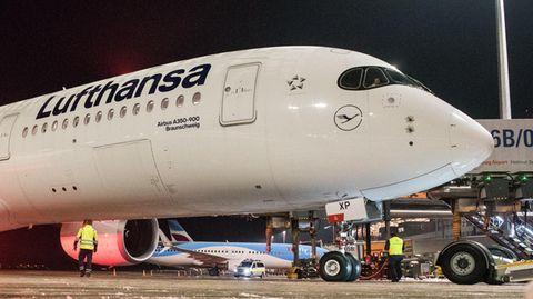 Der Airbus A350 der Lufthansa kurz vor dem Start in Hamburg