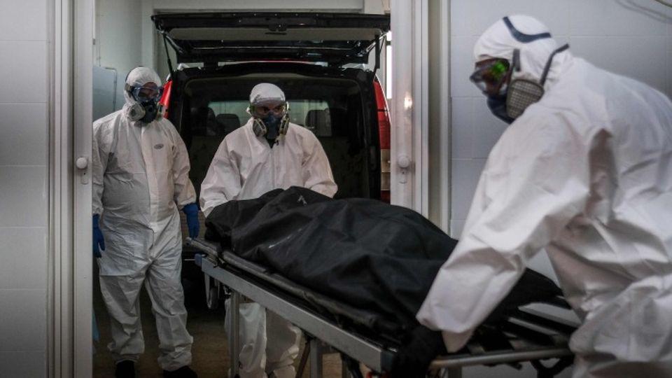 Krankenhausmitarbeiter transportieren in Portugal eine Leiche nach der anderen ab