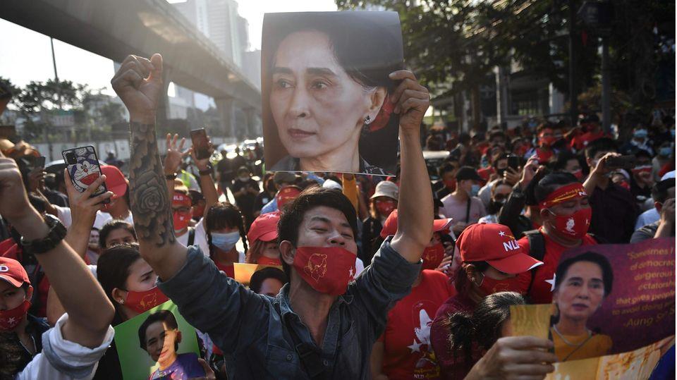 Migranten aus Myanmar protestieren in Bangkok für Aung San Suu Kyi und gegen den Militärputsch