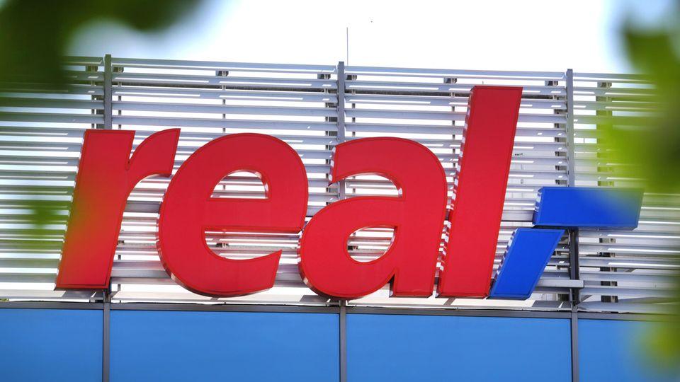 Das Logo der Real SB-Warenhauskette steht an einer Filiale