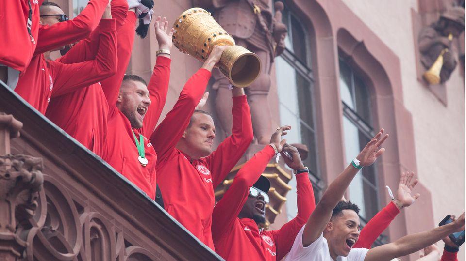 Spieler von Eintracht Frankfurt mit dem DFB-Pokal auf dem Balkon des Römer nach dem Pokalsieg 2018