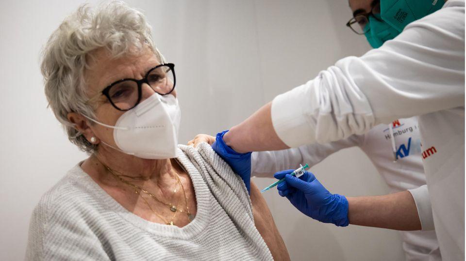 Eine Frau wird im Impfzentrum in den Hamburger Messehallen mit ihrer zweiten Corona-Impfung geimpft