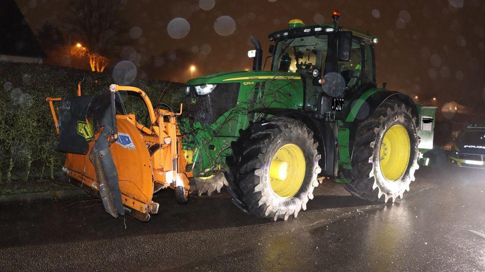 Das Bild für Nachrichten aus Deutschland zeigt den demolierten Traktor