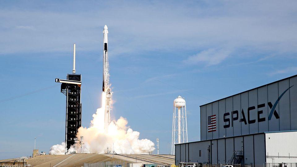 Eine SpaceX Falcon 9-Rakete hebt auf Startrampe 39A im Kennedy Space Center ab