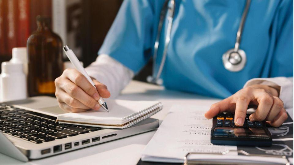 Der Pflegesektor ist unterfinanziert – gleichzeitig arbeitet die Mehrzahl der Anbieter gewinnorientiert. Also muss gespart werden