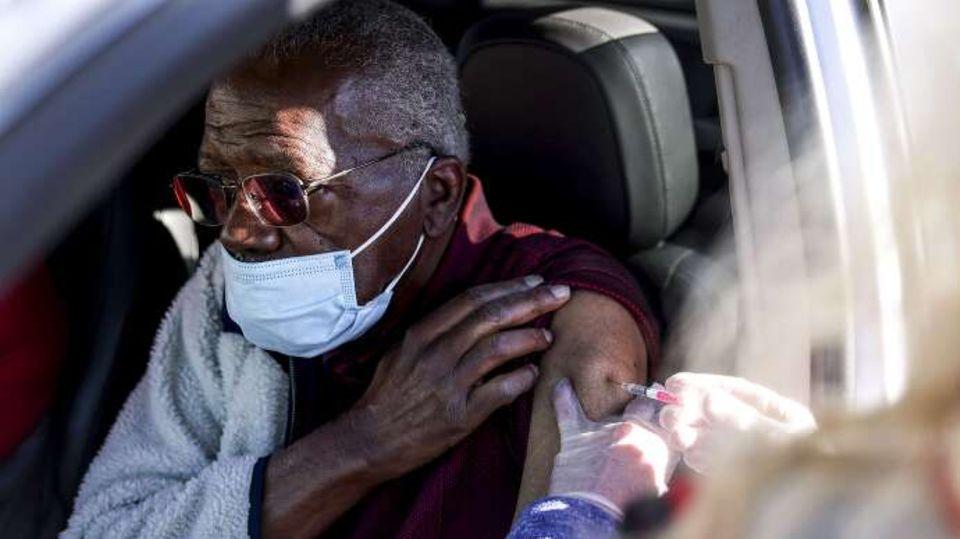 """Ein Schwarzer US-Amerikaner wird bei einem """"Drive-Up-Event"""" in Colorado gegen das Coronavirus geimpft"""