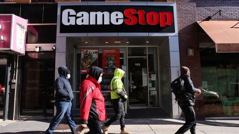 Passanten gehen an einer Gamestop-Filiale vorbei