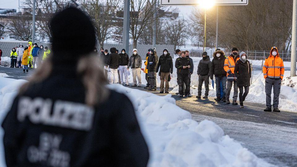 Zahlreiche Menschen warten vor einer Corona-Teststation an der deutsch-tschechischen Grenze