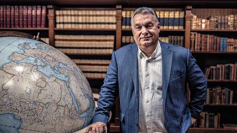 Viktor Orbán mit Globus