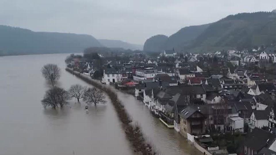 Eine Häuserzeile mit Fachwerkhäusern steht unter Wasser, weil der Rhein über die Ufer getreten ist
