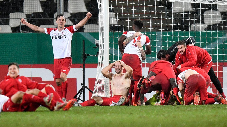 DFB-Pokal, Achtelfinale: Die Spieler von Essen jubeln nach dem Spiel
