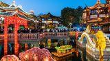 Shanghai, China. Hell erleuchtet ist der Yu Yuan Garten. Anlass ist das chinesische Neujahrsfest, das baldbevorsteht. Es läutet das Jahr des Büffels im Reich der Mitte ein. Das Tier steht für Fleiß, Ehrgeiz, Zuverlässigkeit, Entschlossenheit und Ehrlichkeit. Es kann also ein gutes Jahr für China werden, allerdings gilt der Büffel als nicht besonders kommunikationsfähig.