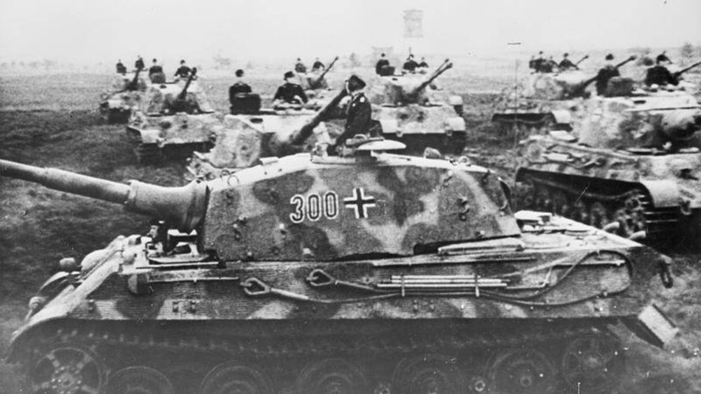 Für die Deutschen Wochenschau wurde die 503 Schwere Panzerabteilung mit ihren Panzern von Typ Tiger II aufgenommen.