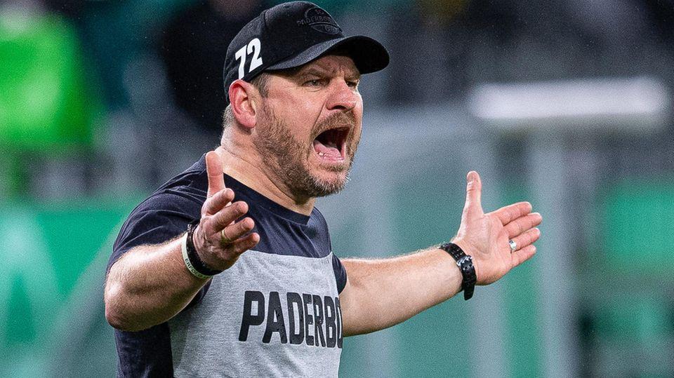 Paderborns Trainer Steffen Baumgart im T-Shirt an der Seitenlinie während des Pokalspiels gegen den BVB