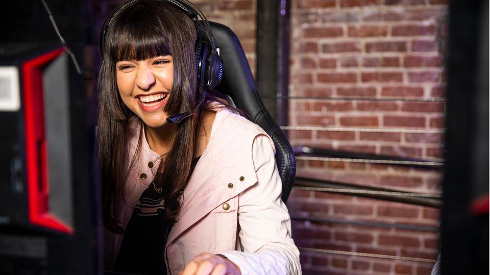 Seinen Ping verbessern kann jeder Gamer. Ein Frau spielt am Computer.
