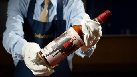 Whiskys von The Macallan Distillery erzielen bei Auktionen regelmäßig Rekordsummen. Ende Oktober zahlte ein Sammler für sechs Flaschen der Red Collection fast das Vierfache des Schätzwerts - knapp 860.000 Euro.