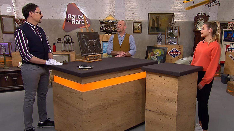 """""""Bares für Rares""""-Experte Colmar Schulte-Goltz, Moderator Horst Lichter und Gast Sara Rutkowsky mit ihrem Pferderelief"""