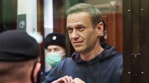 Alexej Nawalny im Gerichtssaal: Immer wieder suchte er den Blick seiner Frau und formte für sie ein Herz mit den Händen