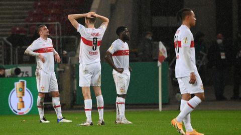 Sasa Kalajdzic (2. v. l) von Stuttgart mit Mannschaftskollegen nach dem Spiel