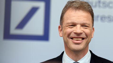 Christian Sewing, der Chef der Deutschen Bank, lächelt