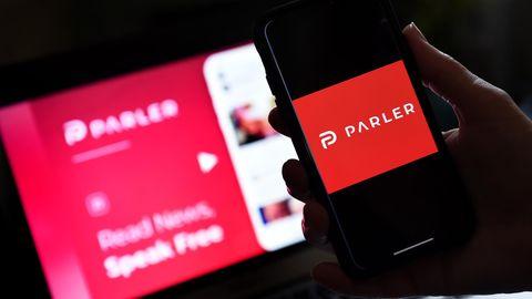 Das Parler-Logo auf einem Smartphone und Laptop