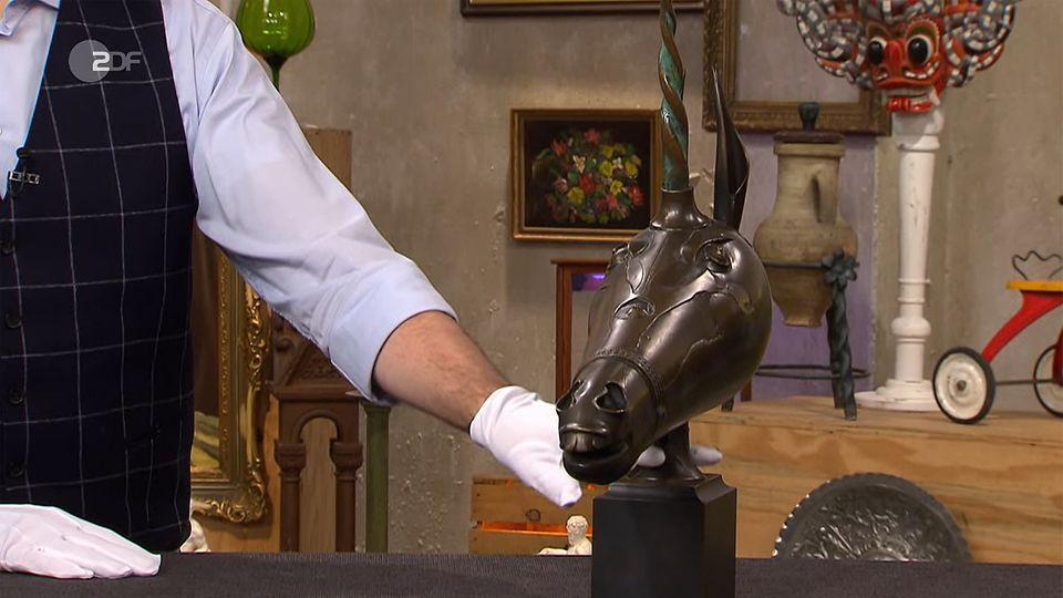 """Wertvoll oder Kitsch? """"Bares für Rares""""-Experte Colmar Schulte-Goltz untersucht eine Bronzefigur."""