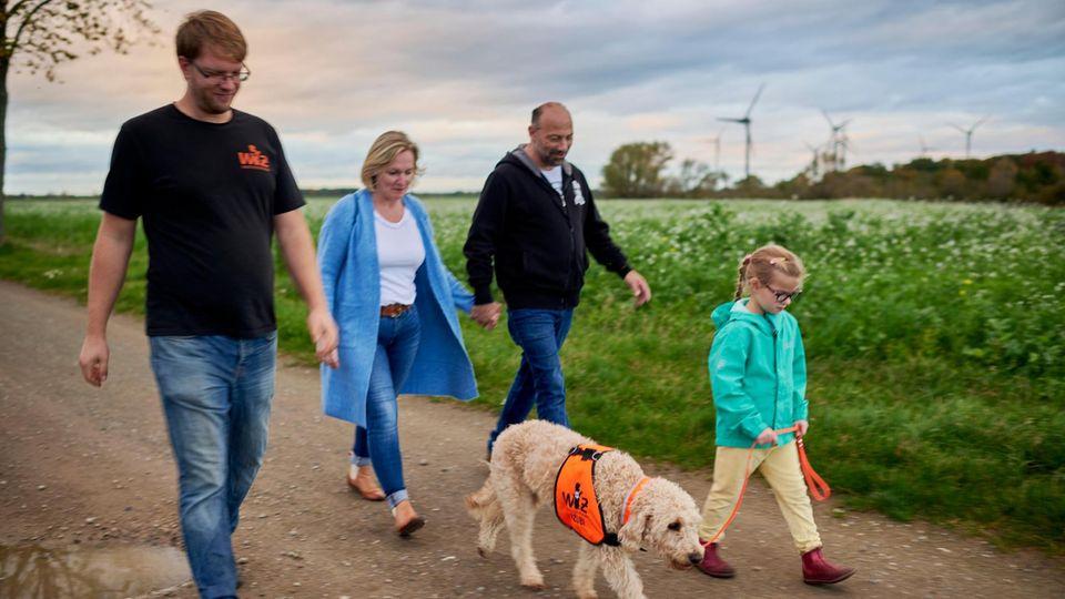 Hundetrainer Ulrich Zander (l.) bildete Frauke aus. Hier beim gemeinsamen Spaziergang mit den Eltern, Andrea und Landolf