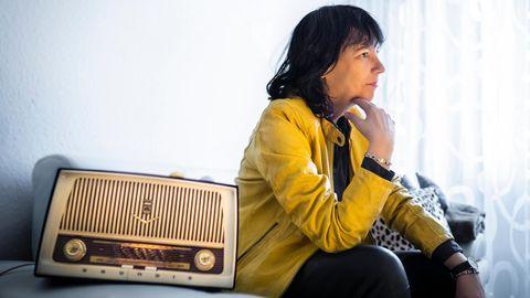 Sabine Töpperwien zu Hause in Frechen. Das Radio ist ein Geschenk ihrer Kollegen zum 60. Geburtstag; es ist genauso alt wie sie