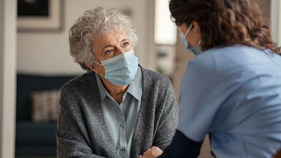 Pflegekraft kümmert sich um Patientin